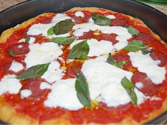 Pizza con Salamini Italiani alla Cacciatora DOP, Burrata e basilico